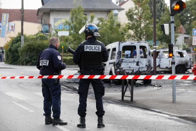 On October 8, 2016, in broad daylight in Viry-Châtillon, about twenty young people stormed two police cars parked near the Grande Borne district.