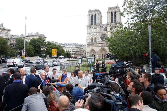 Le ministre de l'intérieur Gérard Collomb tenait un point presse en fin de journée devant la cathédrale Notre-Dame-de-Paris, mardi.