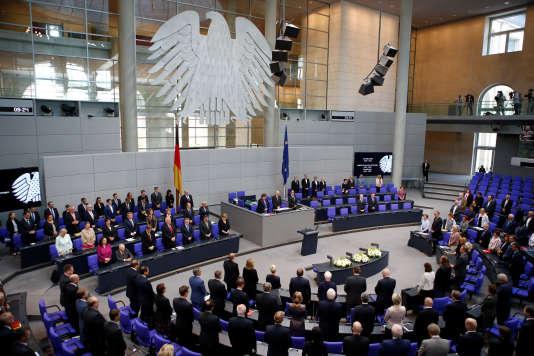 Les députés du Bundestag ont adopté à l'unanimité un projet de loi porté depuis plus d'un an par le ministre de la justice, Heiko Maas (social-démocrate), qui a bataillé contre l'aile la plus conservatrice du parti de la chancelière, Angela Merkel.