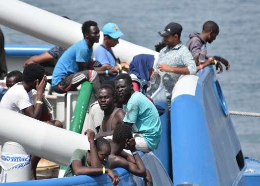Des migrants secourus au large de la Sicile attendent sur le pont d'un navire suédois de débarquer dans le port de Catane, le 1er juillet.