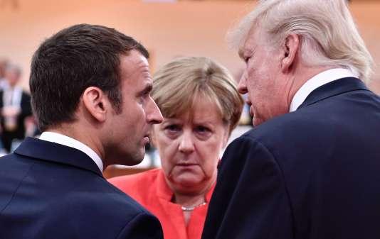 Donald Trump, Emmanuel Macron et Angela Merkel en pleine discussion lors d'une session de travail au G20 de Hambourg, le 7 juillet.