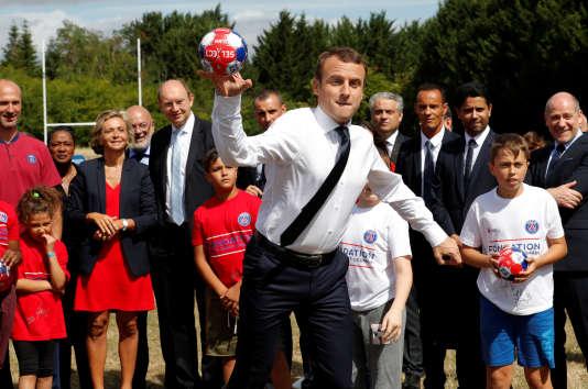 Emmanuel Macron, le 3 août à Moisson, en visite officielle, accompagné notamment de Nasser Al-Khelaïfi (en costume, deuxième en partant de la droite), président du PSG.