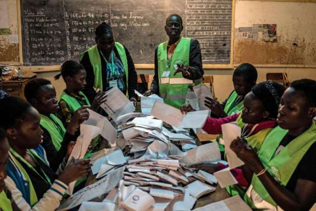 Décompte des voix dans une école primaire de Kisumu, au Kenya, le 8 août.