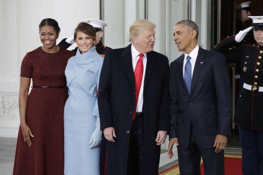 la 20 janvier, Barack Obama pose aux côtés de Donald Trump, entourés de leurs femmes, Michelle et Melania.