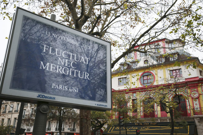 In front of the Bataclan, a sign from the City of Paris to pay tribute to the victims of November 13th.