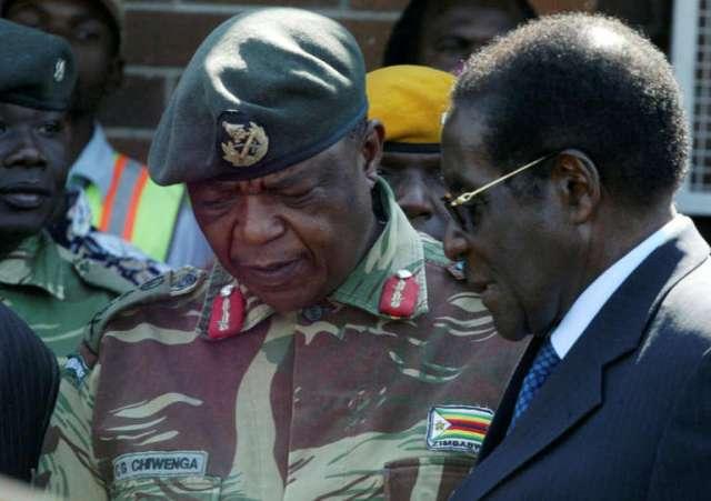 Le général Chiwenga, chef des armées du Zimbabwe, avec le président Robert Mugabe, le 14 novembre 2017, veille du coup de force fomenté par une partie de l'armée.