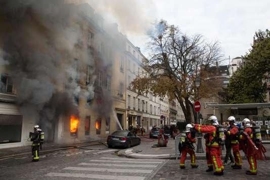 Les pompiers tentent d'éteindre le violent incendie qui s'est déclaré jeudi 16 novembre dans l'ancienne librairie La Hune, en plein cœur historique et littéraire de Paris.