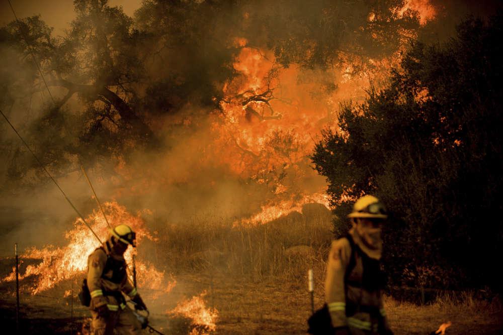 Les pompiers oeuvrent sur la route de Santa Ana, près de Ventura, le 9 décembre.
