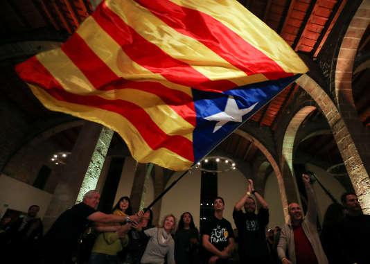 Les militants en faveur de l'indépendance fêtent leur victoire, jeudi 21 décembre à Barcelone.