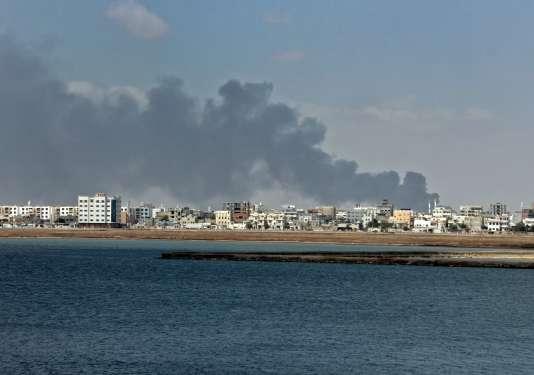 De la fumée s'échappe du centre-ville d'Aden, la capitale provisoire du Yémen, pendant les combats entre les forces gouvernementales et séparatistes pour le contrôle de la ville, le 30janvier.