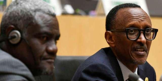 Le président rwandais, Paul Kagamé (droite), et le président de la Commission de l'UA, Moussa Faki Mahamat, lors du 30e sommet de l'UA, en janvier 2018.