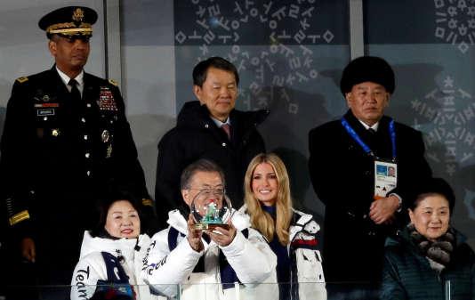 Ivanka Trump, la fille du président américain (au centre) assiste à la cérémonie de clôture des Jeux en compagnie du président de la Corée du Sud, Moon Jae-in (à gzuche)