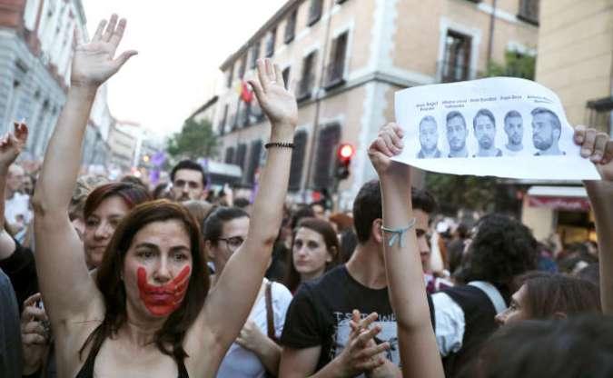 Manifestation devant le ministère de la justice espagnole pour protester contre le premier verdict du procès de« La Meute», le 26 avril 2018 à Madrid.