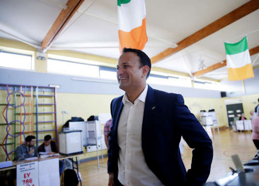 Le premier ministreirlandais Leo Varadkar dans son bureau de vote, à l'école Scoil Thomas de Dublin, le 25mai.