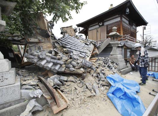 Le portail du temple de Myotoku-ji s'est effondré à Ibaraki, près d'Osaka, à la suite d'une secousse, le 18 juin.