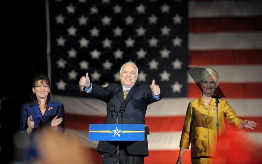 John McCain (c) s'adresse à ses partisans aux côtés deSarah Palin (g) et de sa femme Cindy (d) pendant un discours le 4 novembre 2008 à Phoenix dans l'Arizona.