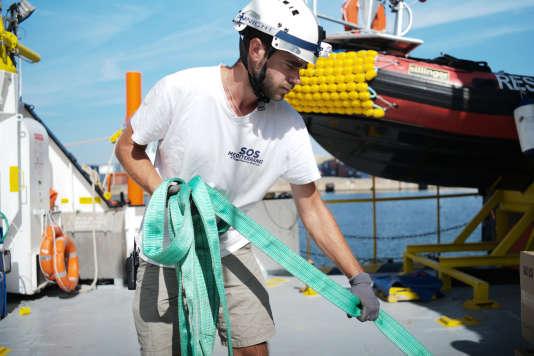 L'équipage d'Aquarius reçoit la dernière livraison avant le départ pour une mission de sauvetage au large des côtes de la Libye. Ici, Antonin Richard, pilote de canot de sauvetage pour SOS Mediterranean. Marseille, 15 septembre 2018.