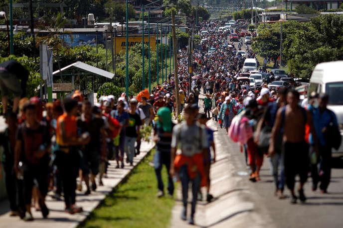 Des migrants venus d'Amérique centrale marchent le long d'une route mexicaine, à Tapachula, le 21 octobre.