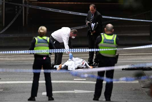 Una persona murió y dos personas resultaron heridas luego de ser apuñaladas en el centro de Melbourne el viernes 9 de noviembre.