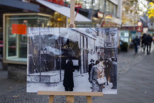 To commemorate the Crystal Night, a photo of 10 November 1938 is exhibited in the same place 80 years later, on 6 November, in Berlin.