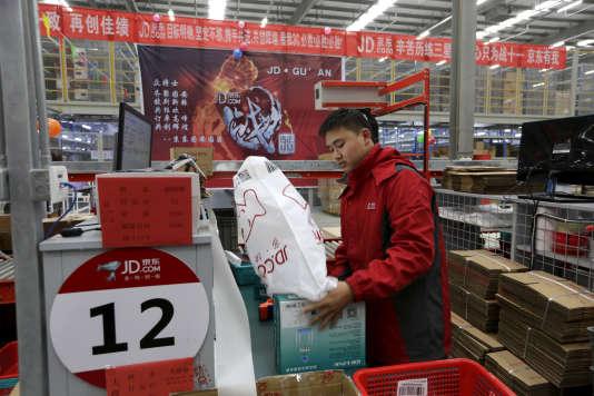Un employé prépare les commandes au centre de logistique de la plate-forme de vente en ligne JD.com de Langfang (Chine), en novembre 2015.