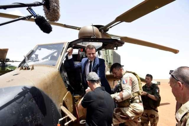 Emmanuel Macron pendant sa visite aux troupes française de l'opération«Barkhane» dans la région deGao, au Mali, le 19mai 2017.