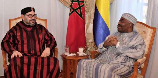 Le président gabonais Ali Bongo (à droite) reçoit la visite du roi du Maroc, MohammedVI, à l'hôpital militaire de Rabat, le 3 décembre 2018.