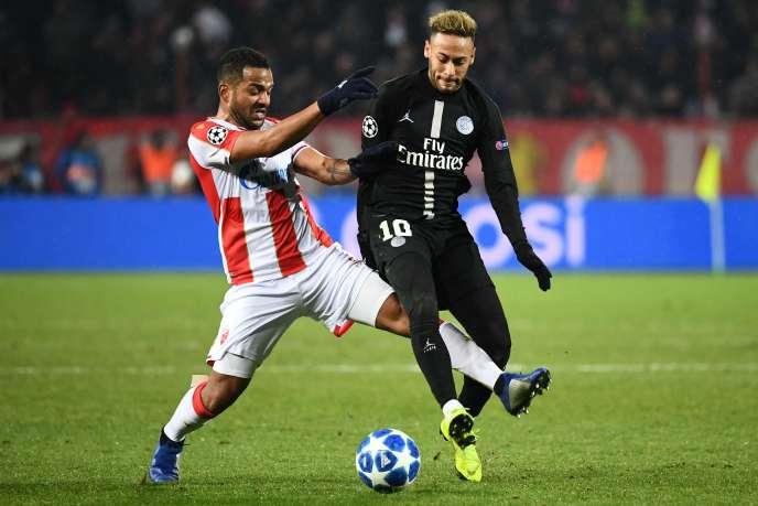 The player of the Red Star of Belgrade Lorenzo Ebicilio grappling with Neymar, December 11, in Belgrade.