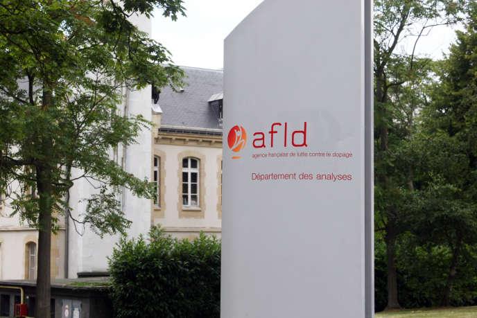 A l'entrée du laboratoire de l'Agence française de lutte contre le dopage (AFLD), à Châtenay-Malabry, en 2008.