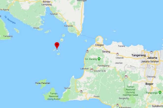 Le volcan Anak Krakatoa se situe au cœur du détroit de la Sonde, qui sépare les îles indonésiennes de Java (au sud) et de Sumatra (au nord).