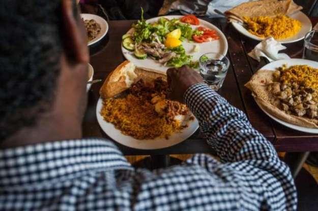 Repas des membres du groupe Soudan Célestins Musicau restaurant Le Saint-Jean, dans le 18e arrondissement de Paris.