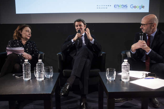 """François Baroin, guest of the Club of the economy of the """"World"""" Thursday, January 31, surrounded by Françoise Fressoz and Philippe Escande, editorialists."""