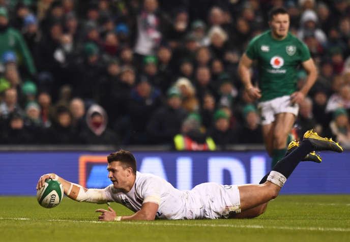 Henry Slade flattert seinen zweiten Versuch im irischen In-Goal, den vierten für den XV des Rose-Samstag in Dublin.