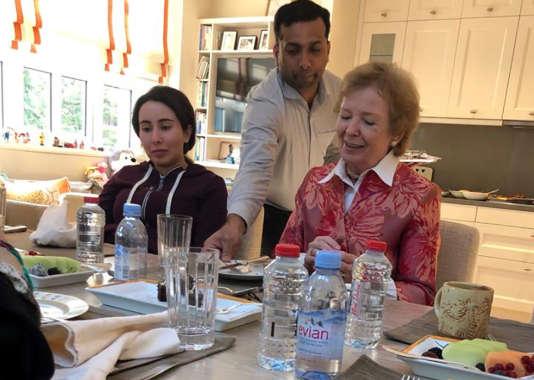 Im Dezember veröffentlichten die Vereinigten Arabischen Emirate eine Fotoserie von Sheikha Latifa während eines Treffens mit Mary Robinson, der früheren irischen Präsidentin.