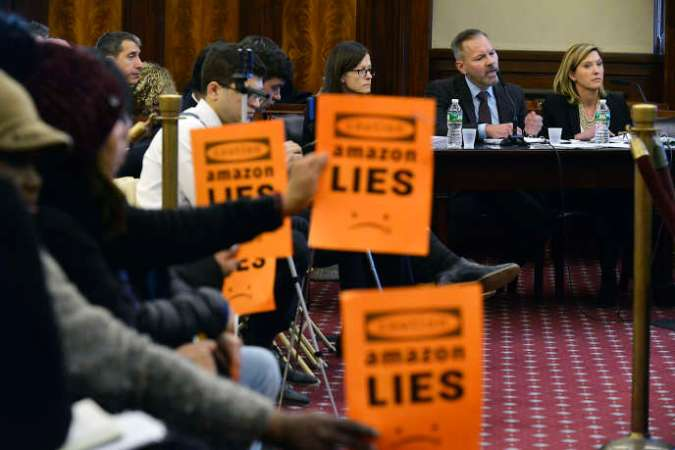 Lors de l'audition de représentants d'Amazon par le conseil municipal deNew York, le 30 janvier. Sur les affiches, on peut lire :« Amazon ment».