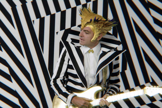 """The new look of Matthieu Chedid, aka -M-, in his clip """"Superchérie""""."""