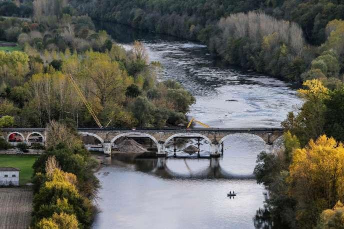 Für das Departement Dordogne muss die Umleitung ermöglichen, ein bemerkenswertes Gelände zu sichern und zu sichern, das durch den Verkehr von Bergerac nach Sarlat verschmutzt und bedroht ist.