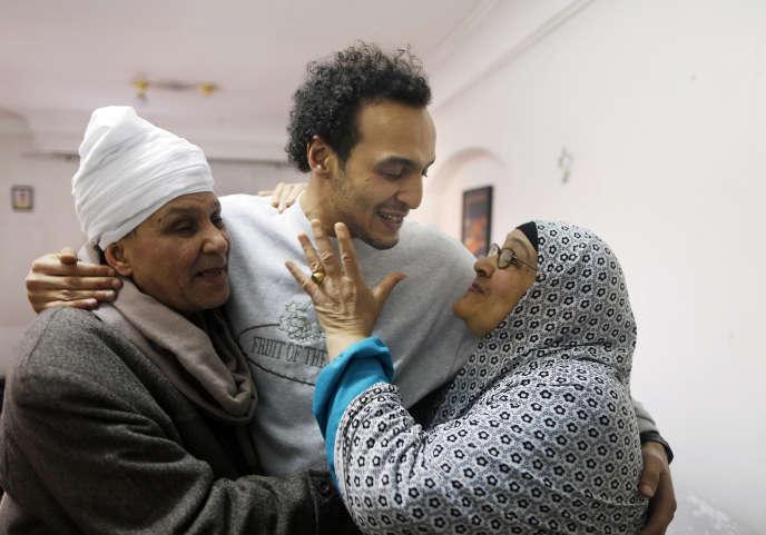 Mahmoud Abu Zaid, photojournaliste connu sous le nom de «Shawkan», embrasse ses parents à son domicile, au Caire, en Egypte, le lundi4 mars 2019.