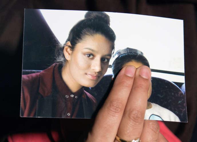 Renu Begum montre une photo de sa sœur Shamima, le 22 février 2015, après son départ pour la Syrie.