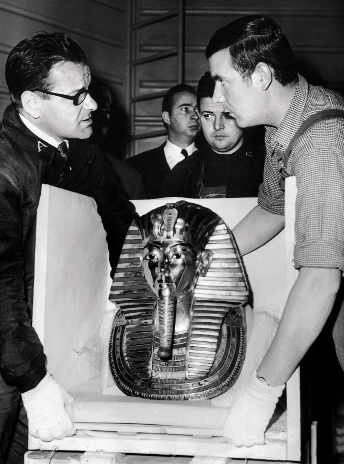 The mask of Tutankhamun during his unpacking, on his arrival at the Petit Palais.