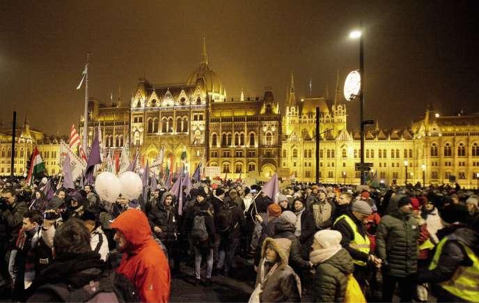 Am 12. Dezember 2018 protestieren in Budapest Tausende Demonstranten gegen die Reform des Arbeitsgesetzes und den Autoritarismus des Präsidenten Viktor Orban.