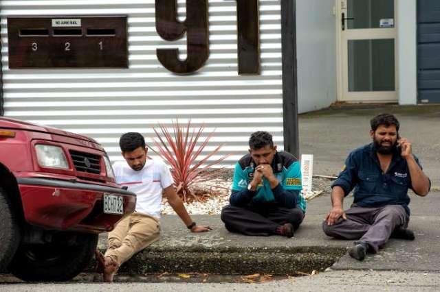 Des rescapés sous le choc, près de la mosquée Masjid al Noor de Christchurch (Nouvelle-Zélande) après la fusillade, le 15 mars.