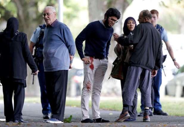 Des rescapés de la fusillade aux abords de la mosquée Masjid al Noor de Christchurch (Nouvelle-Zélande) après la fusillade, le 15 mars.