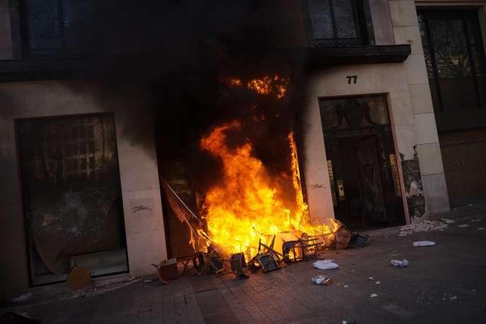 Incendie au numéro 77 des Champs-Elysées, samedi 16 mars.