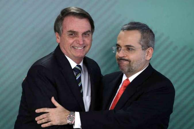 Jair Bolsonaro (à gauche) félicite son ministre de l'éducation, nouvellement nommé, Abraham Weintraub, le 9 avril à Brasilia.