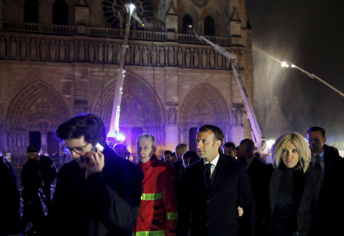 El jefe de Estado Emmanuel Macron y su esposa Brigitte abandonan Notre-Dame de Paris el 15 de abril.