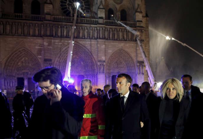 Le chef de l'Etat Emmanuel Macron et sa femme Brigitte quittent Notre-Dame de Paris, le 15 avril.
