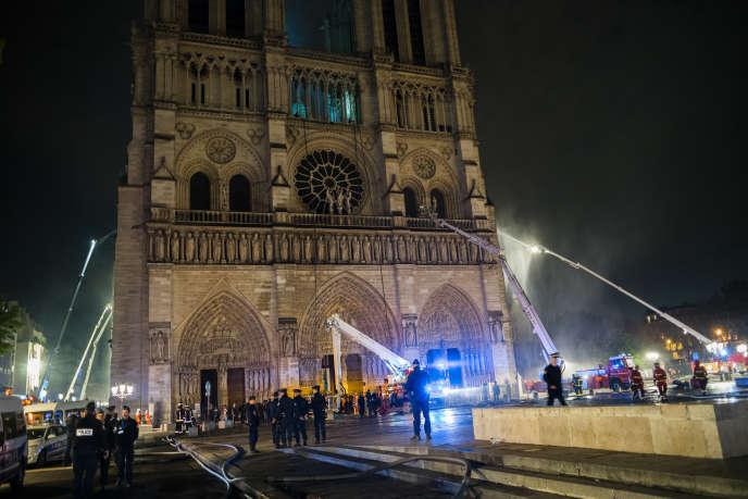Devant la cathédrale de Notre-Dame de Paris après l'incendie, mardi 16 avril.