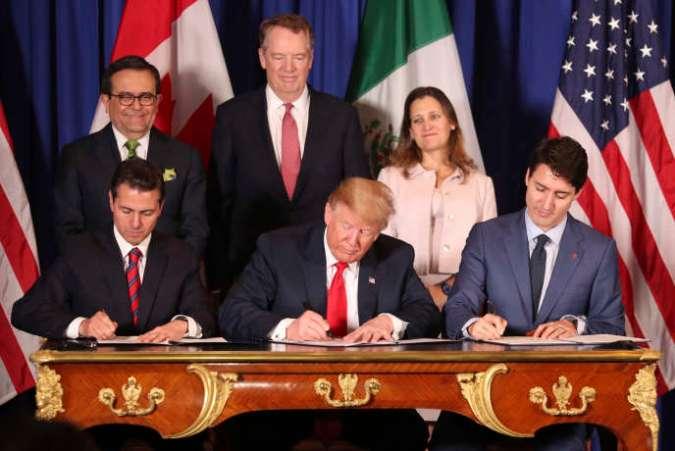 Le président Donald Trump, au centre, entre le président mexicain Enrique Peña Nieto (à gauche), et le premier ministre canadien Justin Trudeau, lors de la signature du nouvel accord de libre-échange entre les Etats-Unis, le Mexique et le Canada (AEUMC), au sommet du G20 à Buenos Aires, en Argentine, le 30novembre.