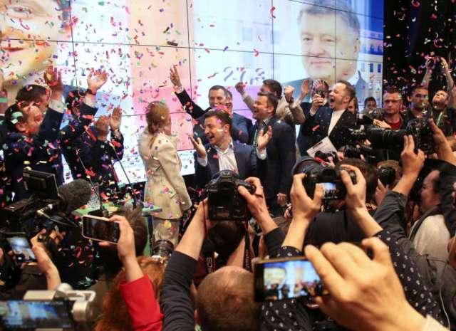 Volodymyr Zelensky et son équipe célèbrent leur victoire à l'annonce du résultat de l'élection présidentielle, à Kiev, le 21 avril.